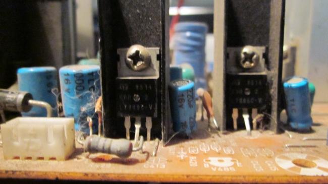 Конструктивно микросхема выполнена в корпусе с 3-мя выводами, напоминающим мощный транзистор, и...